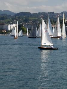 """""""Le Zougoise"""" am Start : Vordergrund, Moth (P. Landis) ; Hintergrund, """"Undine"""" (C. Billing/B. Schiess)"""